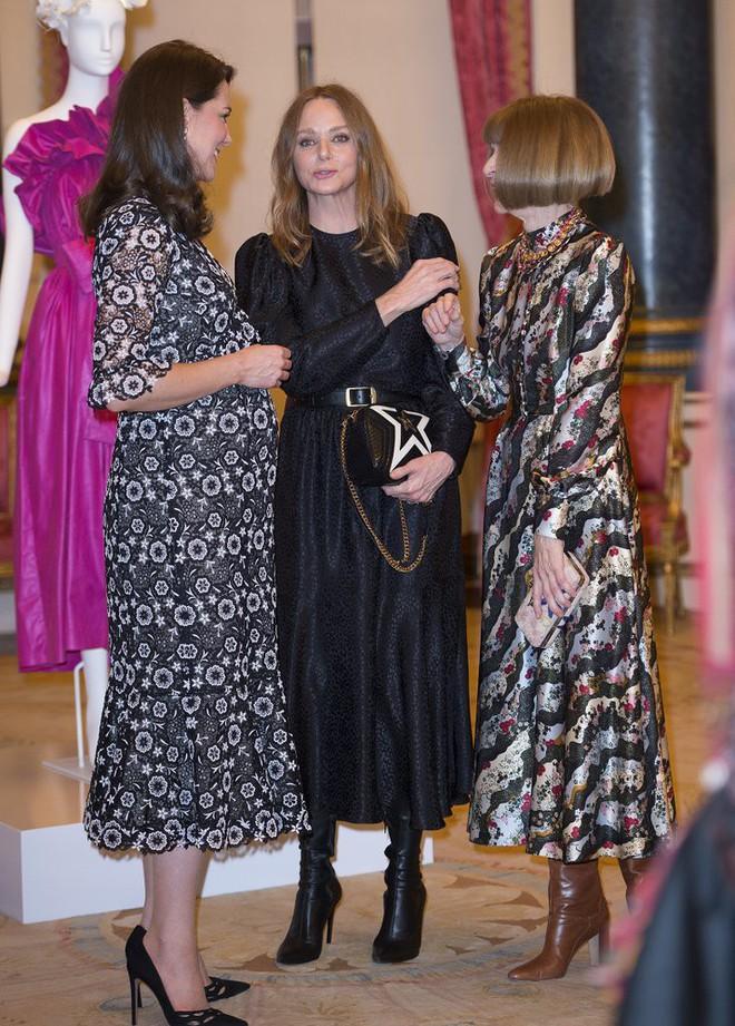 Trước khi diện váy, Công nương Kate đã phải nhờ người chỉnh lại để hợp hơn với vóc dáng bầu bí tháng thứ 6 của mình - Ảnh 5.