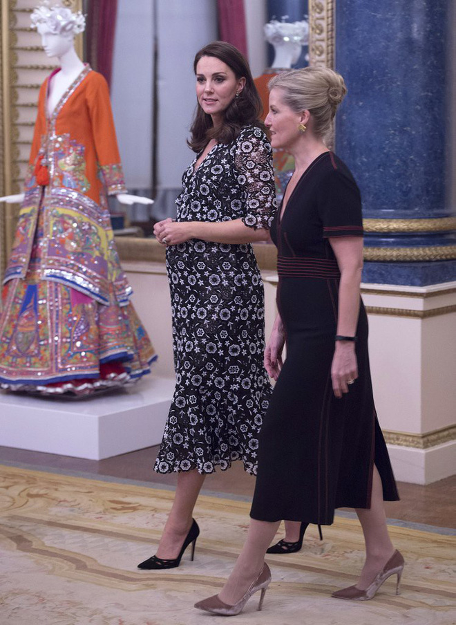 Trước khi diện váy, Công nương Kate đã phải nhờ người chỉnh lại để hợp hơn với vóc dáng bầu bí tháng thứ 6 của mình - Ảnh 4.