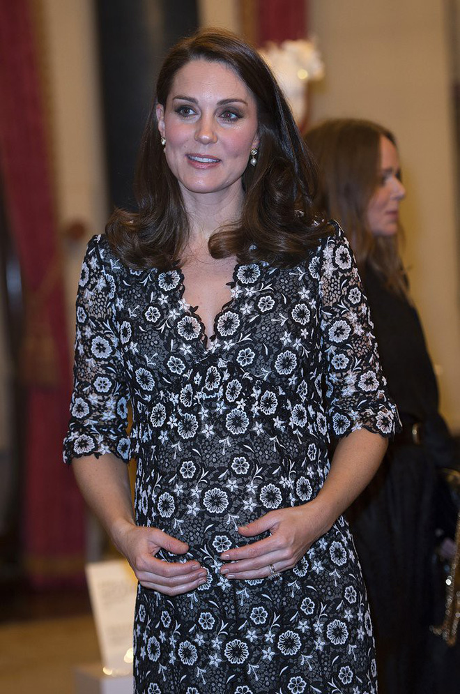 Trước khi diện váy, Công nương Kate đã phải nhờ người chỉnh lại để hợp hơn với vóc dáng bầu bí tháng thứ 6 của mình - Ảnh 2.