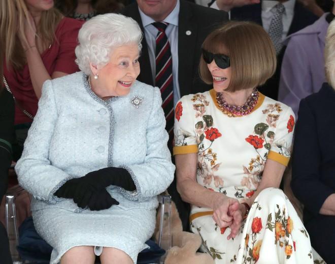 Lần đầu tiên, Nữ hoàng Anh Elizabeth II ngồi hàng ghế đầu dự show thời trang tại Tuần lễ Thời trang London - Ảnh 6.