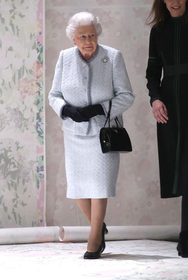 Lần đầu tiên, Nữ hoàng Anh Elizabeth II ngồi hàng ghế đầu dự show thời trang tại Tuần lễ Thời trang London - Ảnh 3.