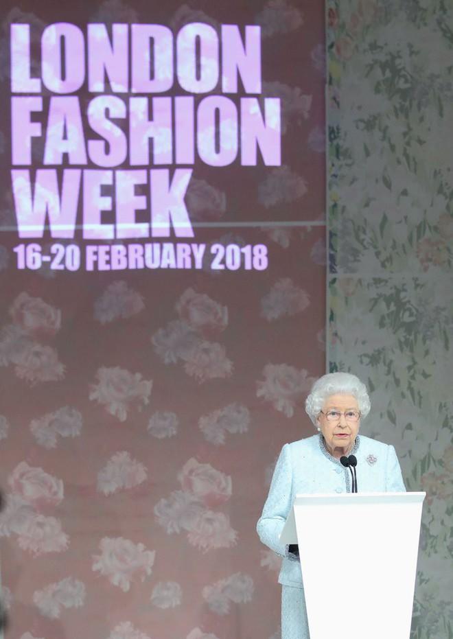 Lần đầu tiên, Nữ hoàng Anh Elizabeth II ngồi hàng ghế đầu dự show thời trang tại Tuần lễ Thời trang London - Ảnh 9.