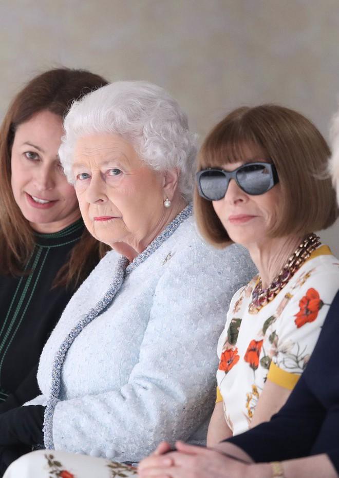 Lần đầu tiên, Nữ hoàng Anh Elizabeth II ngồi hàng ghế đầu dự show thời trang tại Tuần lễ Thời trang London - Ảnh 7.