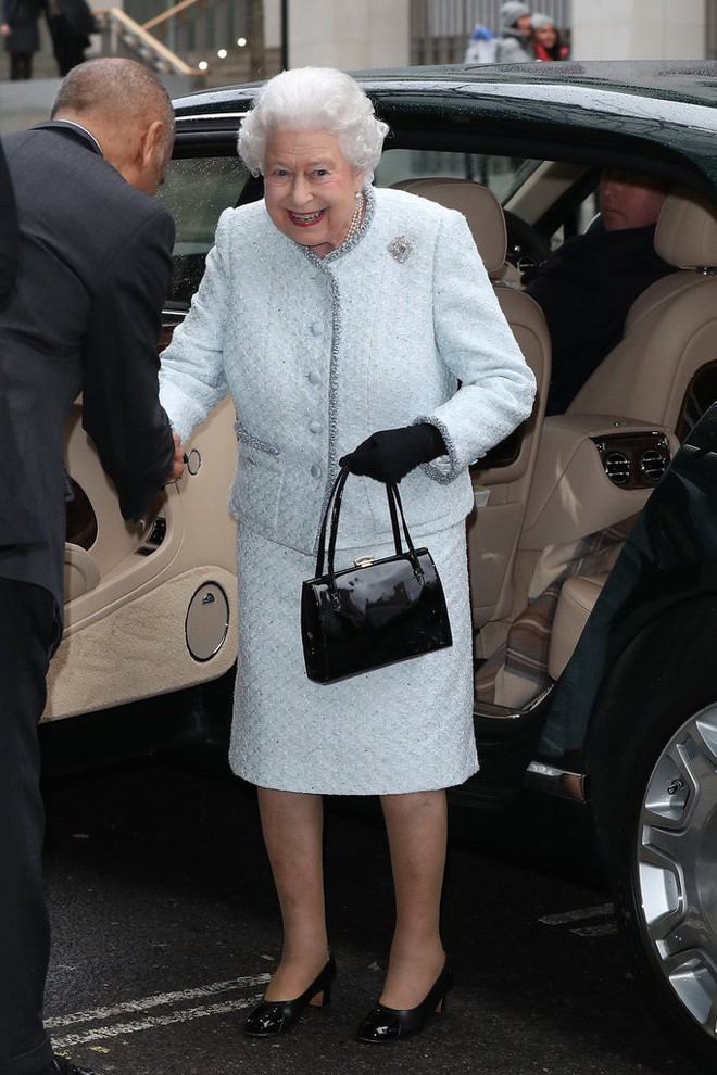 Lần đầu tiên, Nữ hoàng Anh Elizabeth II ngồi hàng ghế đầu dự show thời trang tại Tuần lễ Thời trang London - Ảnh 1.