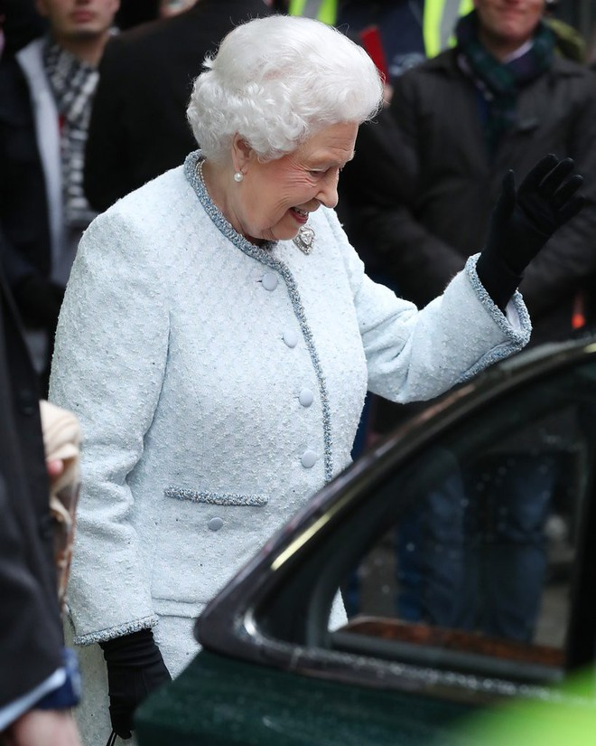 Lần đầu tiên, Nữ hoàng Anh Elizabeth II ngồi hàng ghế đầu dự show thời trang tại Tuần lễ Thời trang London - Ảnh 2.