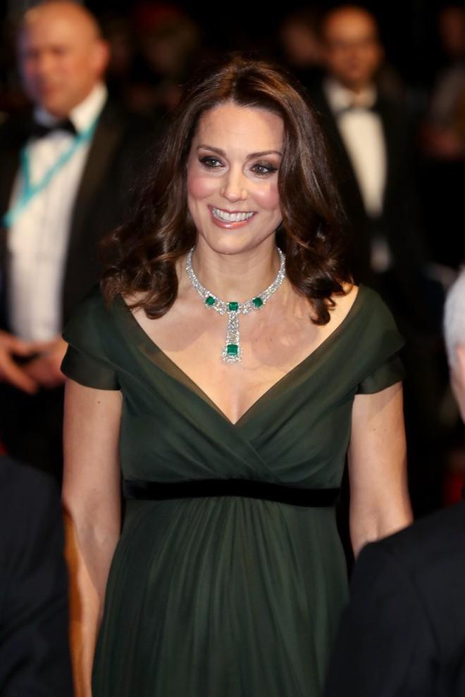 Tinh tế là vậy mà Công nương Kate Middleton vẫn bị chỉ trích khi diện lễ phục đến lễ trao giải BAFTA - Ảnh 1.
