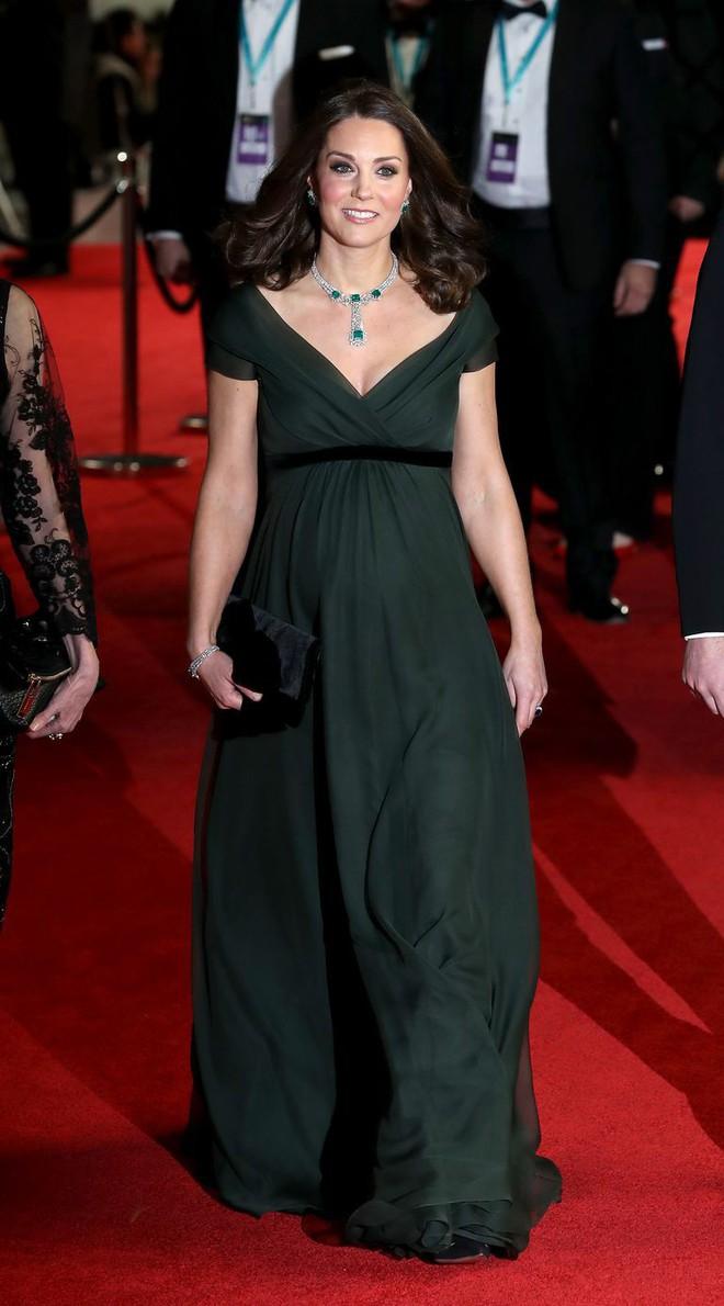 Tinh tế là vậy mà Công nương Kate Middleton vẫn bị chỉ trích khi diện lễ phục đến lễ trao giải BAFTA - Ảnh 2.