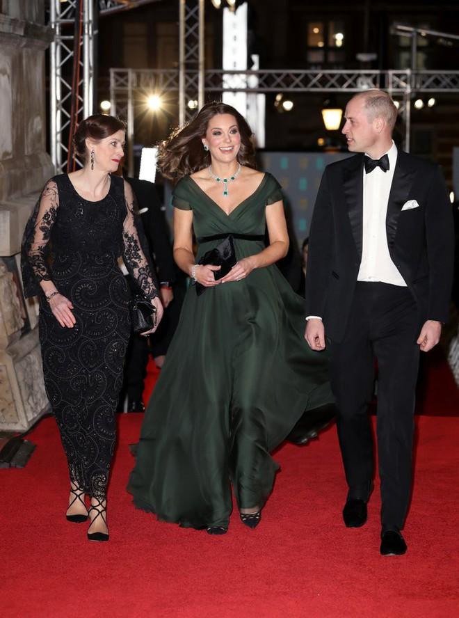 Tinh tế là vậy mà Công nương Kate Middleton vẫn bị chỉ trích khi diện lễ phục đến lễ trao giải BAFTA - Ảnh 3.