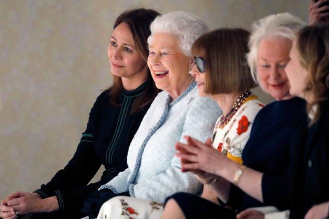 Lần đầu tiên, Nữ hoàng Anh Elizabeth II ngồi hàng ghế đầu dự show thời trang tại Tuần lễ Thời trang London - Ảnh 8.