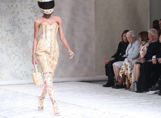 Lần đầu tiên, Nữ hoàng Anh Elizabeth II ngồi hàng ghế đầu dự show thời trang tại Tuần lễ Thời trang London - Ảnh 5.