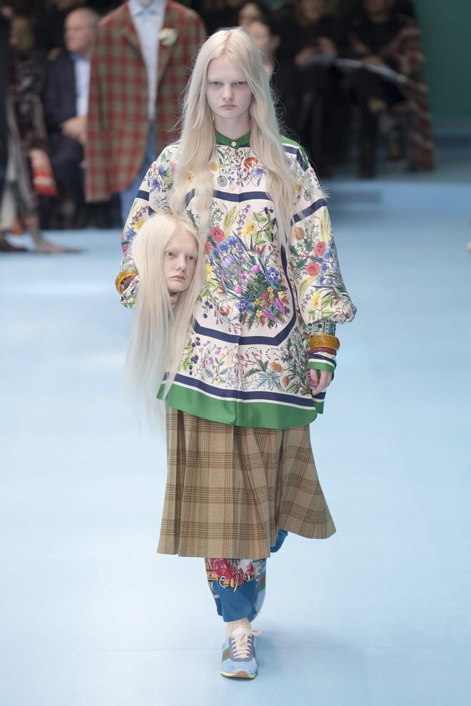 Show mới của Gucci dị quên lối về: Người mẫu ôm... thủ cấp để catwalk, kẻ lại vác nguyên con rồng - Ảnh 2.