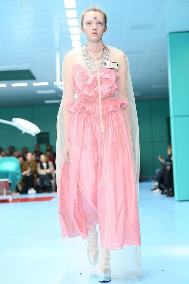 Show mới của Gucci dị quên lối về: Người mẫu ôm... thủ cấp để catwalk, kẻ lại vác nguyên con rồng - Ảnh 16.