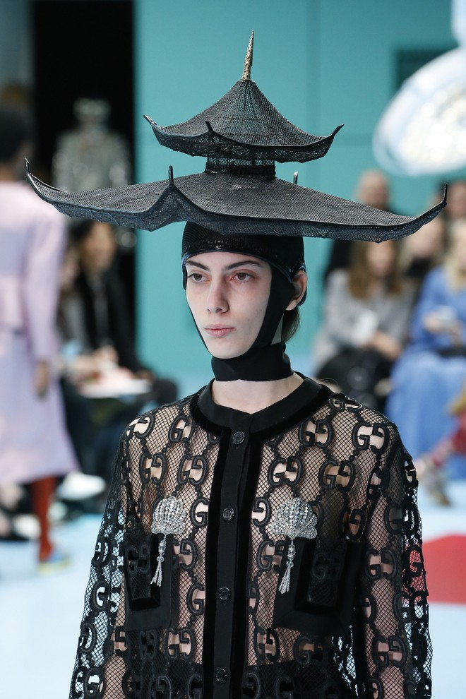 Show mới của Gucci dị quên lối về: Người mẫu ôm... thủ cấp để catwalk, kẻ lại vác nguyên con rồng - Ảnh 23.