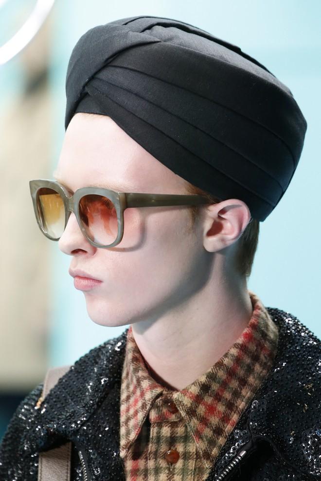 Show mới của Gucci dị quên lối về: Người mẫu ôm... thủ cấp để catwalk, kẻ lại vác nguyên con rồng - Ảnh 24.