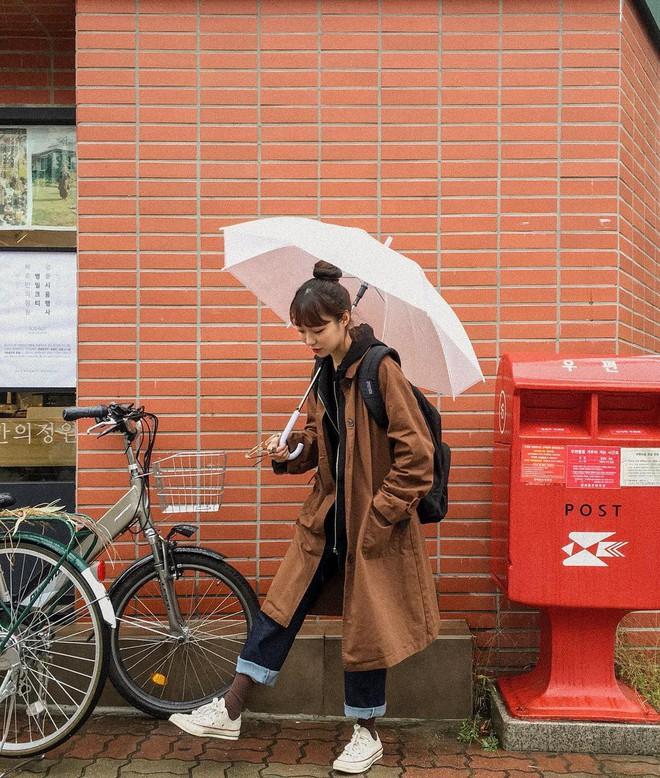 Ngày mưa âm u không biết mặc gì, bạn chỉ cần ghi nhớ 5 items này là sẽ có ngay loạt set đồ ưng mắt - Ảnh 9.