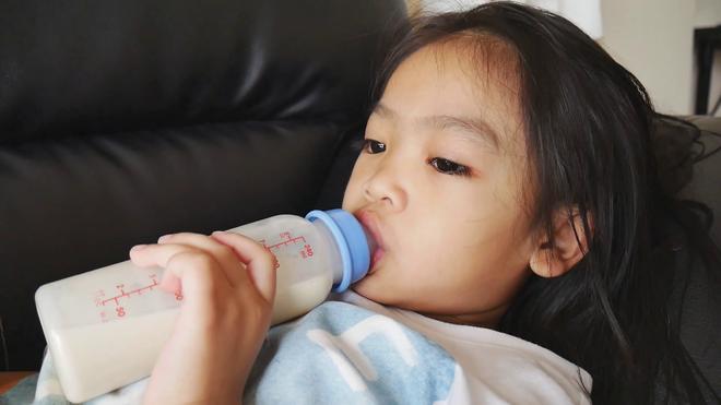 Các bác sĩ cảnh báo: Sữa công thức chứa quá nhiều đường và không cần thiết cho trẻ biết đi - Ảnh 3.