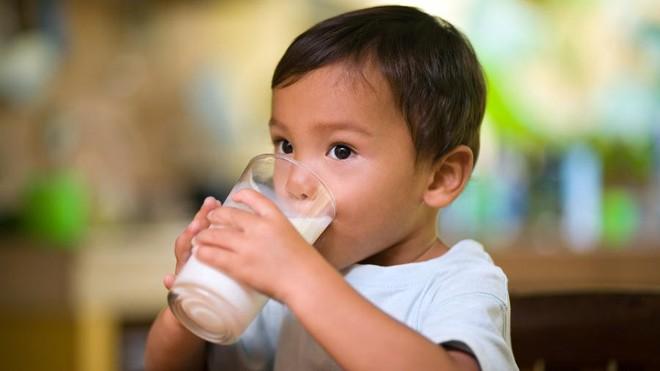 Các bác sĩ cảnh báo: Sữa công thức chứa quá nhiều đường và không cần thiết cho trẻ biết đi - Ảnh 1.