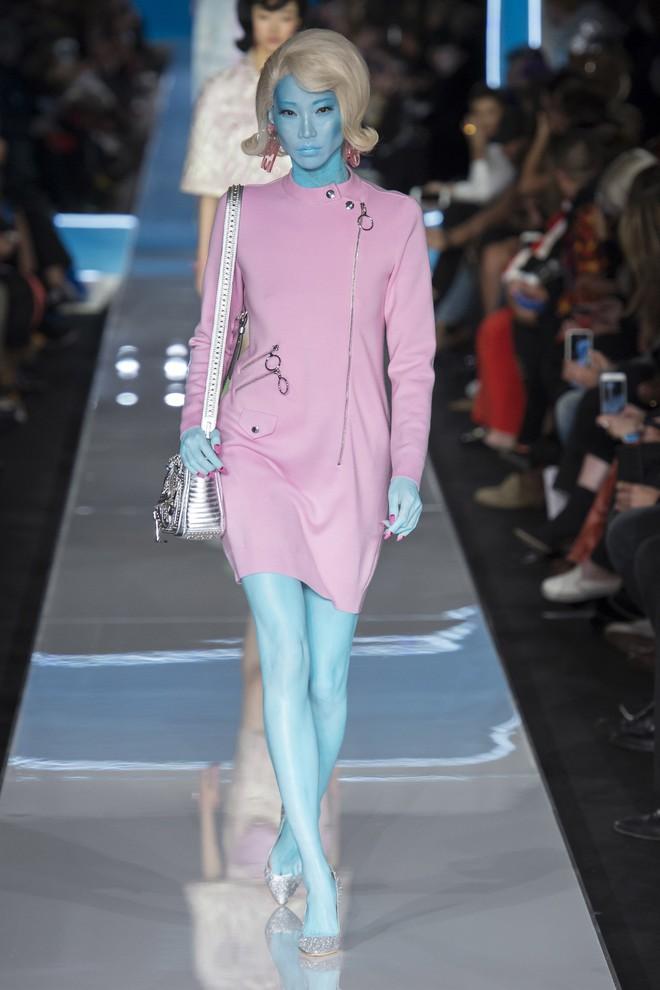 Bỗng dưng cả loạt chân dài Điện Máy Xanh xuất hiện trong show diễn mới của Moschino - Ảnh 2.