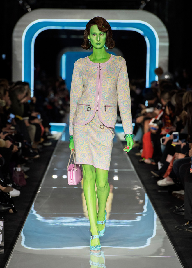 Bỗng dưng cả loạt chân dài Điện Máy Xanh xuất hiện trong show diễn mới của Moschino - Ảnh 3.