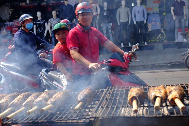 Hàng trăm người Sài Gòn rồng rắn mua cá lóc nướng cúng thần tài - Ảnh 3.