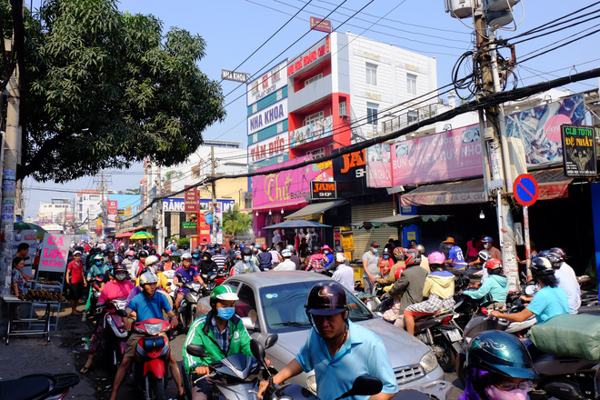 Hàng trăm người Sài Gòn rồng rắn mua cá lóc nướng cúng thần tài - Ảnh 4.