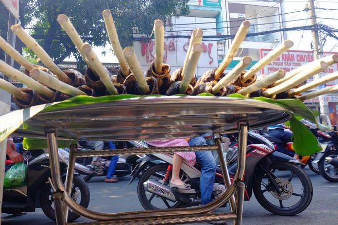 Hàng trăm người Sài Gòn rồng rắn mua cá lóc nướng cúng thần tài - Ảnh 8.