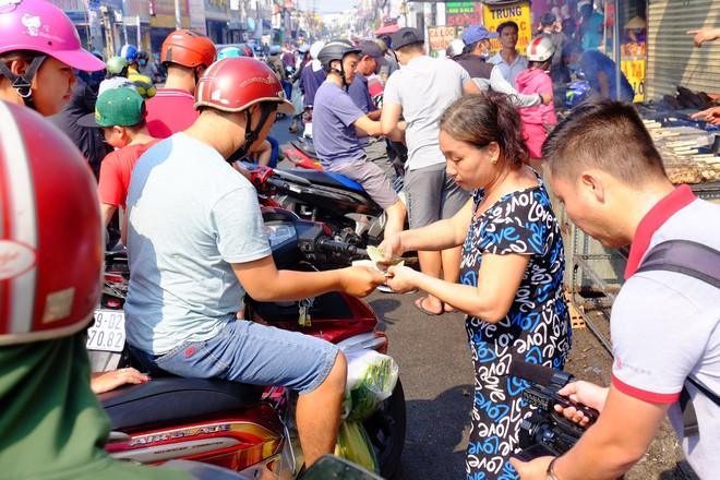 Hàng trăm người Sài Gòn rồng rắn mua cá lóc nướng cúng thần tài - Ảnh 11.
