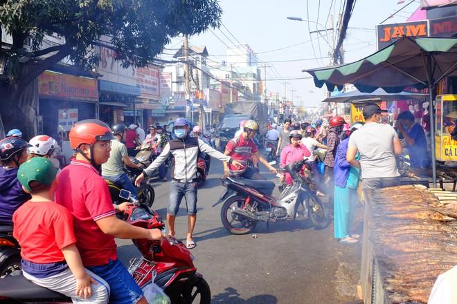 Hàng trăm người Sài Gòn rồng rắn mua cá lóc nướng cúng thần tài - Ảnh 5.