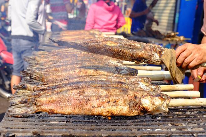 Hàng trăm người Sài Gòn rồng rắn mua cá lóc nướng cúng thần tài - Ảnh 9.