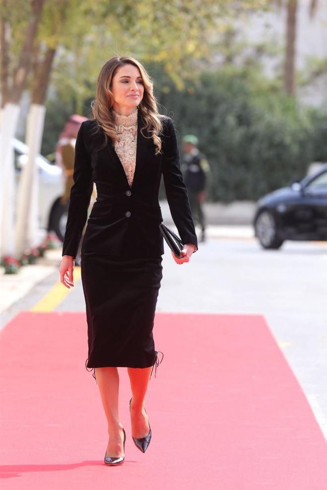 Ngoài Công nương Kate, còn có Hoàng hậu Rania của Vương quốc Jordan vừa xinh lại vừa mặc đẹp miễn chê - Ảnh 2.