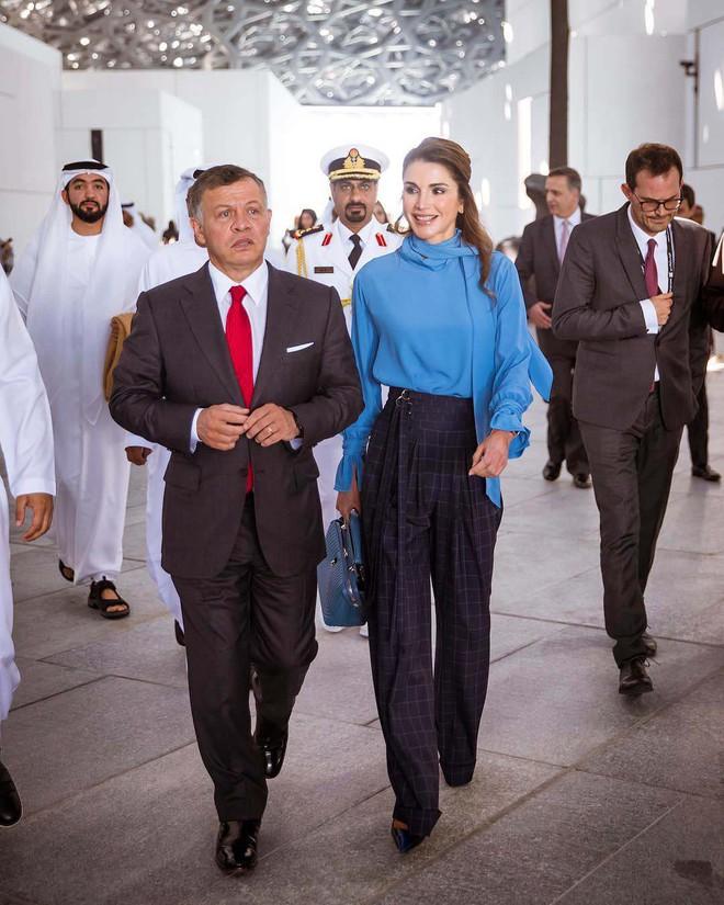 Ngoài Công nương Kate, còn có Hoàng hậu Rania của Vương quốc Jordan vừa xinh lại vừa mặc đẹp miễn chê - Ảnh 1.