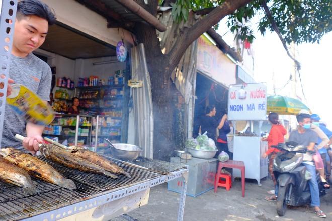 Hàng trăm người Sài Gòn rồng rắn mua cá lóc nướng cúng thần tài - Ảnh 12.