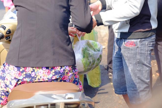 Hàng trăm người Sài Gòn rồng rắn mua cá lóc nướng cúng thần tài - Ảnh 7.