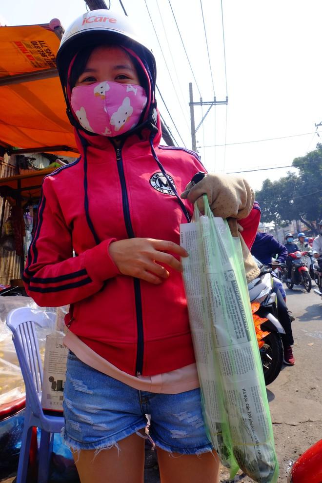 Hàng trăm người Sài Gòn rồng rắn mua cá lóc nướng cúng thần tài - Ảnh 10.