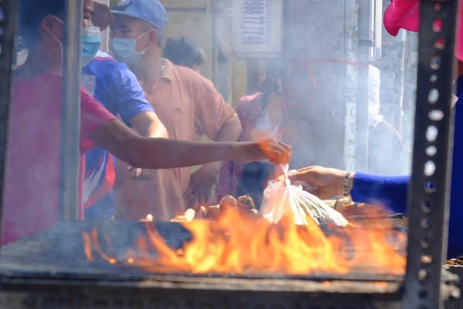 Hàng trăm người Sài Gòn rồng rắn mua cá lóc nướng cúng thần tài - Ảnh 6.