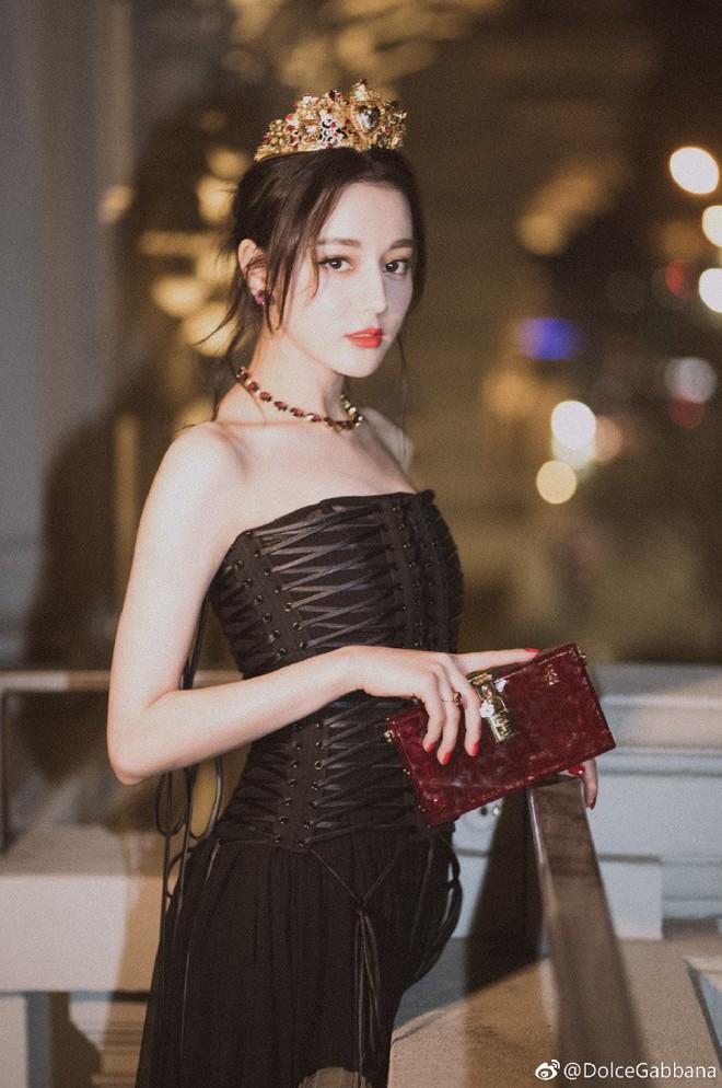Địch Lệ Nhiệt Ba hóa công chúa sang chảnh, cùng Vương Tuấn Khải ngồi ghế đầu dự show Dolce & Gabbana - Ảnh 1.