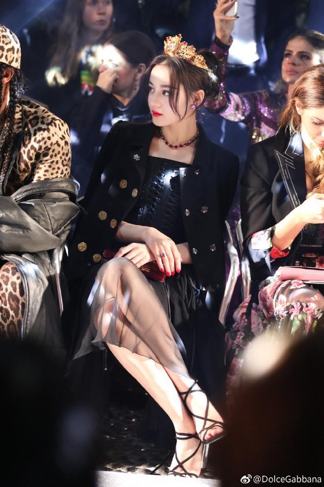 Địch Lệ Nhiệt Ba hóa công chúa sang chảnh, cùng Vương Tuấn Khải ngồi ghế đầu dự show Dolce & Gabbana - Ảnh 3.