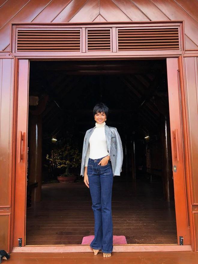 Học ngay kỹ nghệ kéo dài chân của Hoa hậu HHen Niê: đã mặc quần là phải quần cạp cao - Ảnh 2.