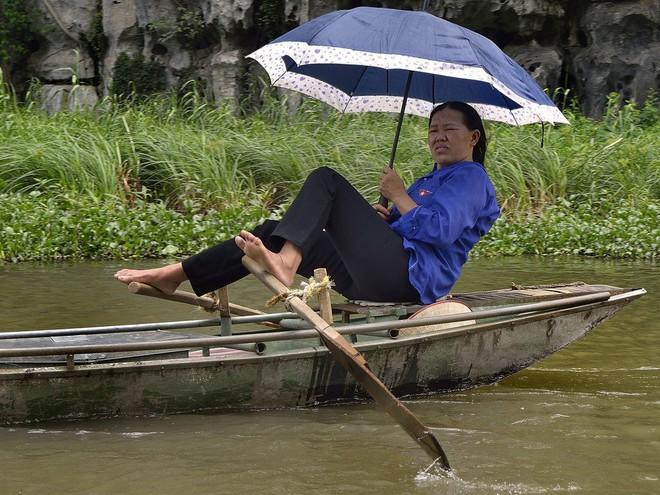 Người lái đò Việt Nam vang danh trên báo nước ngoài với kỹ nghệ chèo thuyền bằng chân vô cùng ấn tượng - Ảnh 2.