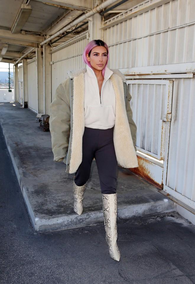 Sau lần e ấp trong chiếc váy bồng xòe, Kim Kardashian đổi luôn kiểu tóc mới màu hồng kẹo ngọt - Ảnh 2.