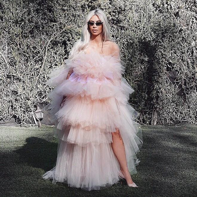 Sau lần e ấp trong chiếc váy bồng xòe, Kim Kardashian đổi luôn kiểu tóc mới màu hồng kẹo ngọt - Ảnh 5.