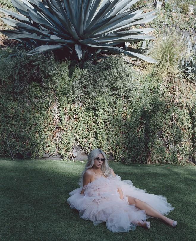Sau lần e ấp trong chiếc váy bồng xòe, Kim Kardashian đổi luôn kiểu tóc mới màu hồng kẹo ngọt - Ảnh 6.