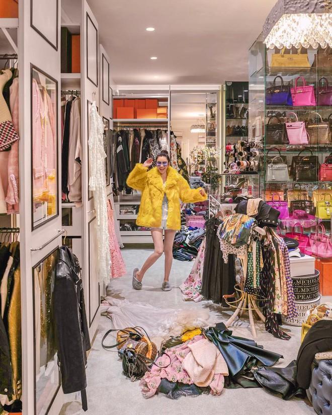 Căn phòng để đồ rộng bằng căn hộ với khóa vân tay, chứa 200 túi Hermes, 300 đôi giày và núi đồ hiệu xa xỉ của bà hoàng thời trang Singapore - Ảnh 5.