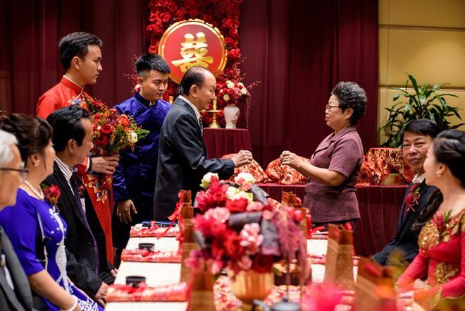 """Đám hỏi đỏ từ A-Z đậm chất Trung Hoa của cô sinh viên Harvard nguyện từ bỏ """"giấc mơ Mỹ"""" để ở lại Việt Nam vì người yêu - Ảnh 12."""