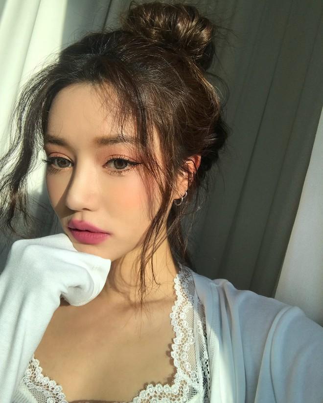 Đăng ảnh selfie quảng cáo màu son mới của 3CE, Park Sora gây giật mình vì đôi môi tô vẽ quá đà đáng sợ như Joker - Ảnh 1.