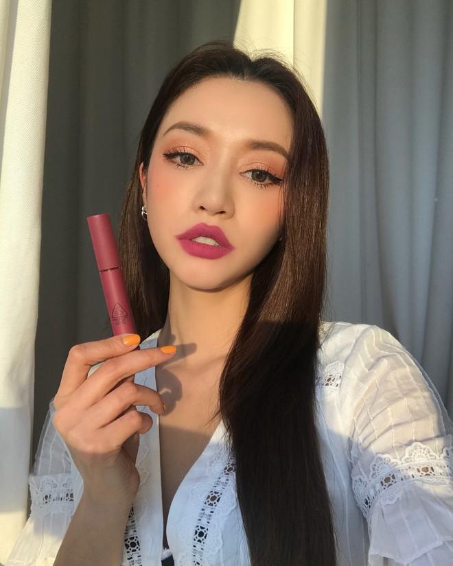 Đăng ảnh selfie quảng cáo màu son mới của 3CE, Park Sora gây giật mình vì đôi môi tô vẽ quá đà đáng sợ như Joker - Ảnh 2.