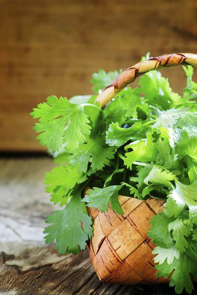 """""""Vị cứu tinh"""" cho làn môi khô và xỉn màu không ngờ lại chính là món rau gia vị rẻ bèo này - Ảnh 1."""