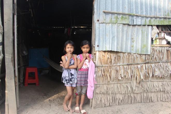 Hơn 45 triệu đồng giúp đỡ 3 bé gái bị bố mẹ bỏ rơi không có tiền đi học, bán vé số kiếm sống qua ngày - Ảnh 2.
