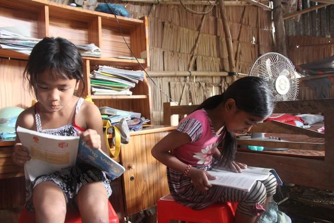 Hơn 45 triệu đồng giúp đỡ 3 bé gái bị bố mẹ bỏ rơi không có tiền đi học, bán vé số kiếm sống qua ngày - Ảnh 7.