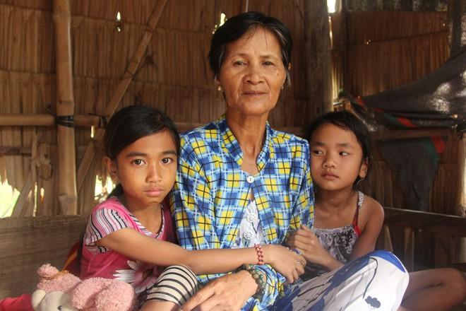 Hơn 45 triệu đồng giúp đỡ 3 bé gái bị bố mẹ bỏ rơi không có tiền đi học, bán vé số kiếm sống qua ngày - Ảnh 3.
